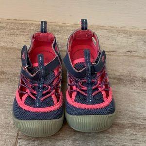 Osh Kosh Myla water shoes size 8 pink and blue
